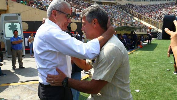 El afectuoso saludo entre Gregorio Pérez y Pablo Bengoechea, en el clásico. (Foto: El Comercio)