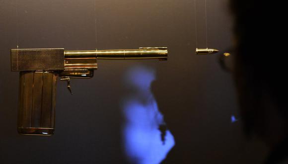 Pistola utilizada en la película de James Bond 'El hombre de la pistola dorada'. (Foto referencial: CARL COURT / AFP).