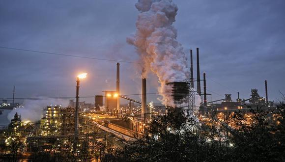 Foto de archivo del 30 de enero de 2020 de una planta de procesamiento de coque de ThyssenKrupp que trabaja las 24 horas para una siderúrgica cercana en Duisburg, Alemania. (AP Foto/Martin Meissner, Archivo).