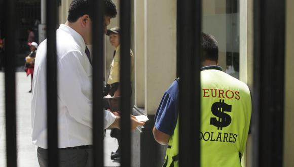 Desde octubre del año pasado, la comercialización de moneda extranjera está prohibida en San Isidro. Unos 40 cambistas han sido multados desde entonces. (Archivo El Comercio)