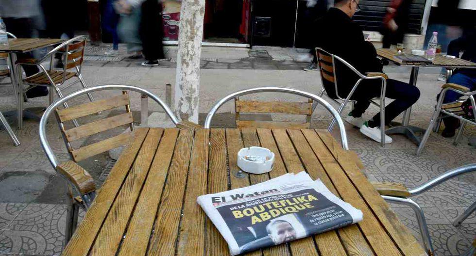"""Argelinos pasan por delante de un periódico que dice """"Bouteflika renuncia"""" el día después de que el presidente de Argelia, Abdelaziz Bouteflika, informara al Consejo Constitucional que iba a renunciar. (Foto: AFP)"""