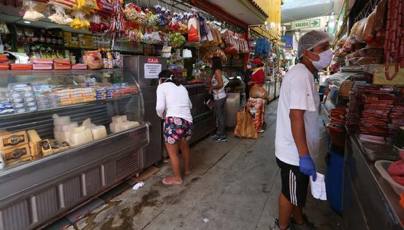 Unas personas compran en el mercado de Huamantanga, Puente Piedra, el pasado 14 de abril (Foto: Manuel Melgar).