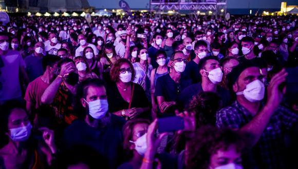 Espectadores disfrutan de una presentación en el marco del festival de música Cruilla en Barcelona, España, el viernes 9 de julio de 2021. (AP Foto/Joan Mateu).