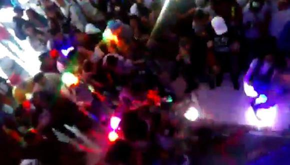 El momento cuando se desploma el piso de una discoteca en plena fiesta en Colombia. Foto: Captura de video