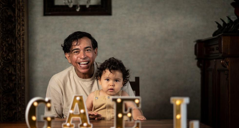 Pimentel y su pequeño Gael de un año y diez meses. (Foto: Elías Alfageme)