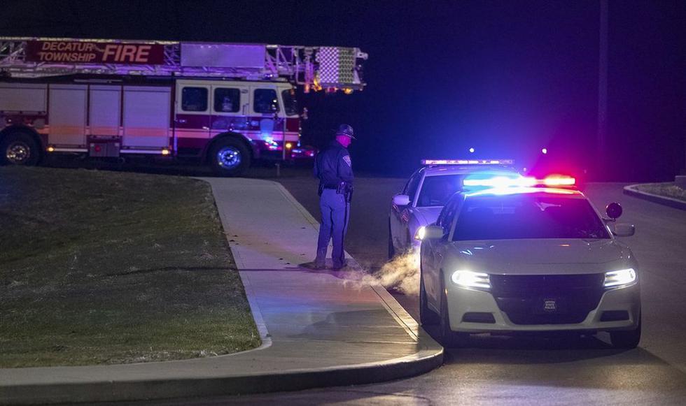 Los equipos de policía y bomberos llegan al lugar fuera de una instalación de FedEx en Indianápolis, donde, según informes, varias personas recibieron disparos en las instalaciones de FedEx Ground el viernes 16 de abril de 2021 en Indianápolis, Indiana. Varias personas murieron a tiros en un tiroteo nocturno en una instalación de FedEx en Indianápolis, y el tirador se suicidó, dijo la policía. (Foto: Mykal McEldowney / The Indianapolis Star vía AP | Texto: AP)