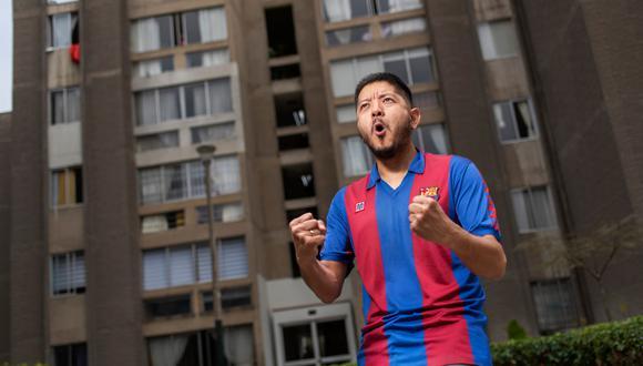 Diego Aka Alakawa y una joya: una camiseta de Maradona usada en juego en 1983, cuando jugaba en Barcelona. FOTO: Omar Lucas.