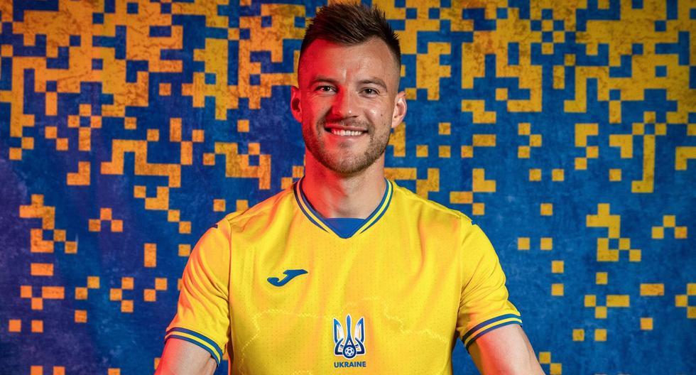 El jugador de la selección de Ucrania Andriy Yarmolenko muestra orgulloso la nueva camiseta de su equipo, donde se puede ver el mapa del país, que incluye a Crimea. (FACEBOOK)