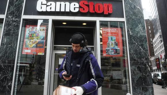 La masiva compra de acciones de GameStop, una empresa casi en quiebra, puso en jaque a las grandes firmas financieras de Wall Street. REUTERS/Carlo Allegri