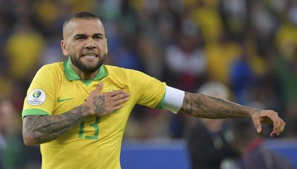 Dani Alves llega libre a Sao Paulo después de su paso por PSG. (Foto: AFP)