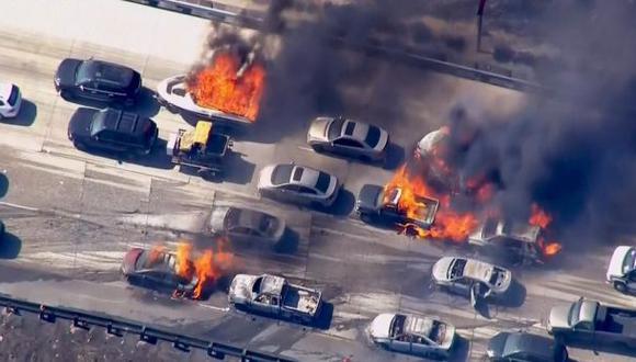 EE.UU.: Incendio forestal alcanza autopista en California