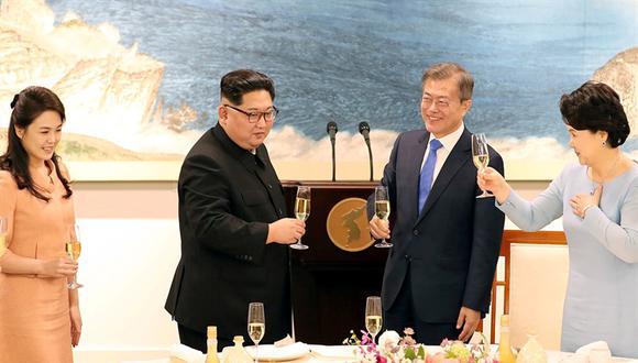 Los mandatarios de las dos Coreas, junto a sus esposas. (Reuters).