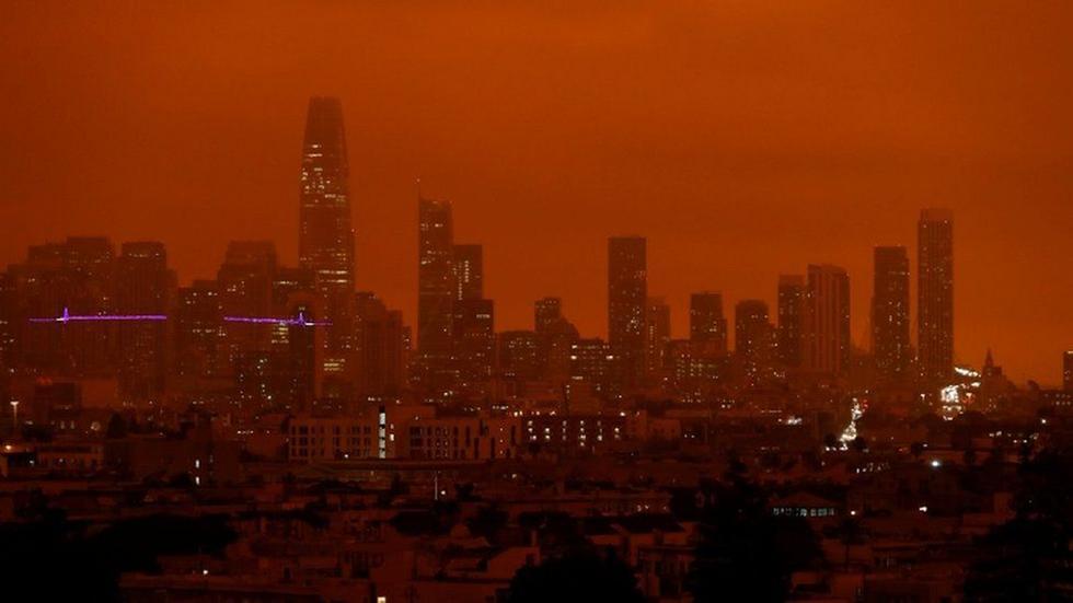 Incendios forestales tiñen los cielos de San Francisco de un naranja apocalíptico. (Foto: Reuters)