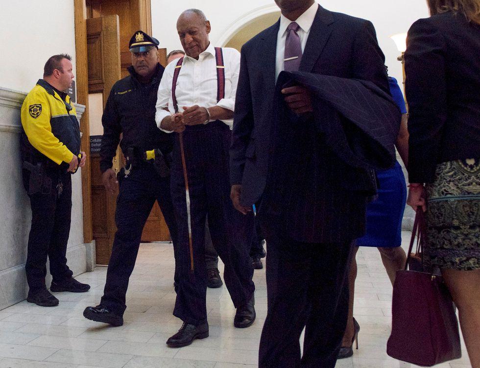 Bill Cosby es llevado esposado a una prisión. (Reuters).