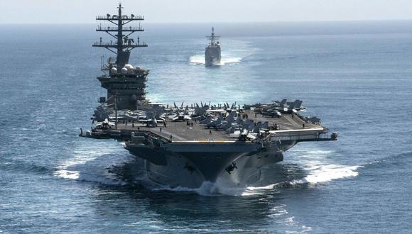 El portaaviones USS Nimitz y el crucero de misiles guiados USS Philippine Sea transitan por el Estrecho de Ormuz el 18 de septiembre de 2020. (AFP).