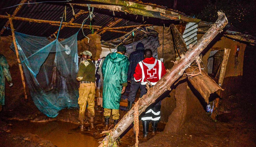 Volunteers search for survivers in a residential area after Patel dam burst its bank at Solai, about 40 kilometres north of Nakuru, Kenya, on May 10, 2018. / AFP