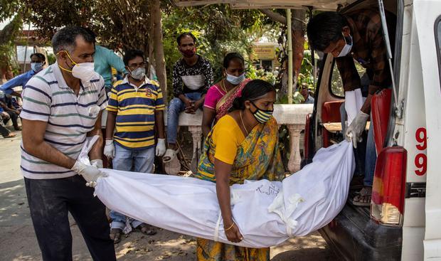Familiares llevan el cuerpo de una persona que murió debido al coronavirus COVID-19 para su cremación en Nueva Delhi, India. (Foto: REUTERS / Danish Siddiqui)