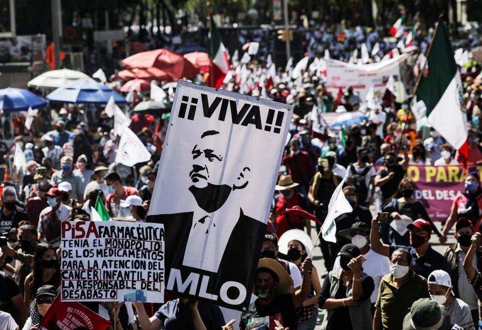 Partidarios del presidente de México, Andrés Manuel López Obrador, marchan en su apoyo por las calles de la Ciudad de México. (REUTERS/Henry Romero).