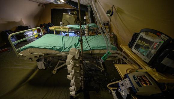 Unidades de cuidados intensivos instaladas en una tienda de campaña en un hospital militar para pacientes de coronavirus en Mulhouse, este de Francia. (AFP / PATRICK HERTZOG).
