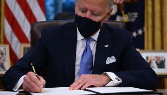 Joe Biden tomó sus primeras decisiones como presidente firmando las órdenes ejecutivas. (GETTY IMAGES).