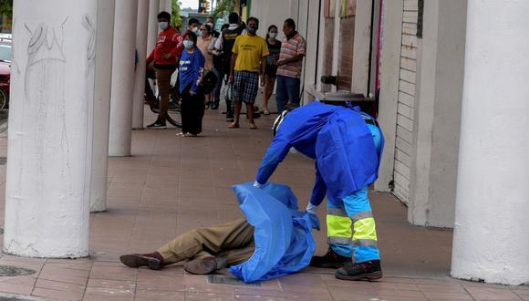 Un paramédico cubre el cadáver de un hombre que se había derrumbado en la acera, durante el brote de la enfermedad por coronavirus (COVID-19), en Guayaquil, Ecuador, el 30 de marzo de 2020. La situación en este país es complicada. Foto: REUTERS/Vicente Gaibor del Pino