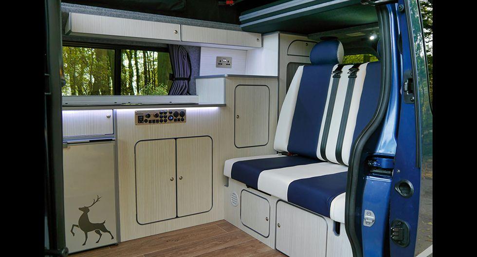 El espacio social con cajones y compartimentos para guardar cosas. (Foto: Sussex Campervans)