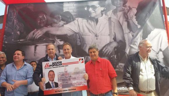 Jorge Muñoz estuvo acompañado del ex candidato presidencial de Acción Popular, Alfredo Barnechea; Raúl Diez Canseco, Víctor García Belaunde y Edmundo del Águila. (Foto: Acción Popular)