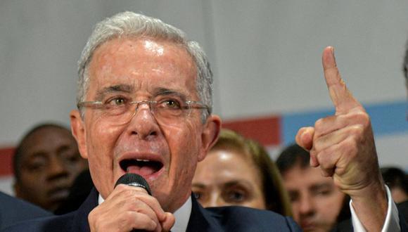 """""""Así empezó la toma de Venezuela"""": Álvaro Uribe rechaza la llegada de médicos cubanos a Colombia para combatir la pandemia de coronavirus. (Foto: Raul ARBOLEDA / AFP)."""