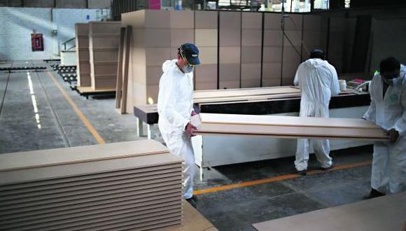 La empresa, con un personal reducido, construye ataúdes para llevar los cuerpos al momento de la cremación. (Foto: Hugo Corotto)