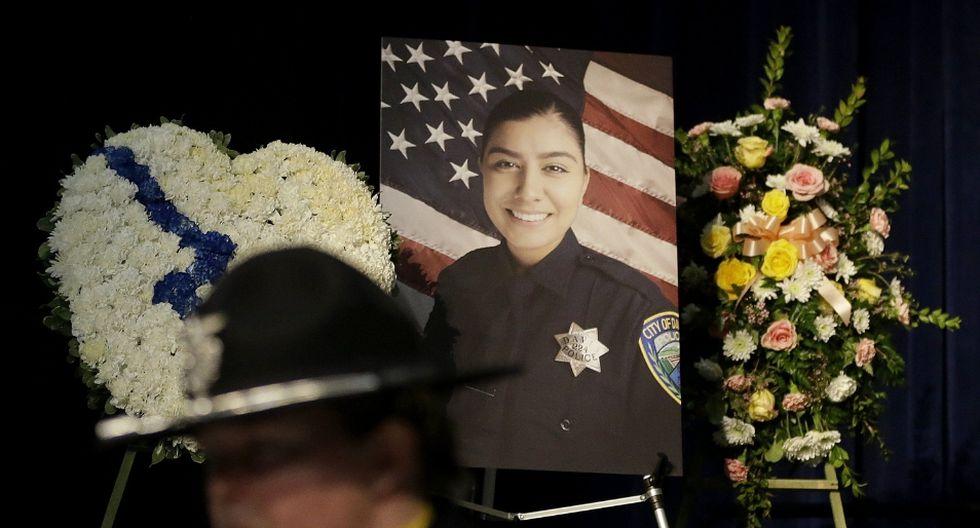 Natalie Corona se encontraba atendiendo un incidente menor de tráfico cuando un sujeto, quien era ajeno al hecho, le disparó en repetidas ocasiones. (AP)