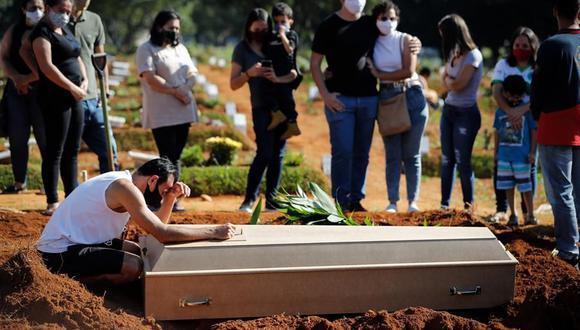 Una familia despide a un familiar durante un entierro en el cementerio Vila Formosa, en Sao Paulo, Brasil, país sumamente golpeado por el coronavirus. (Foto: EFE/ Fernando Bizerra).