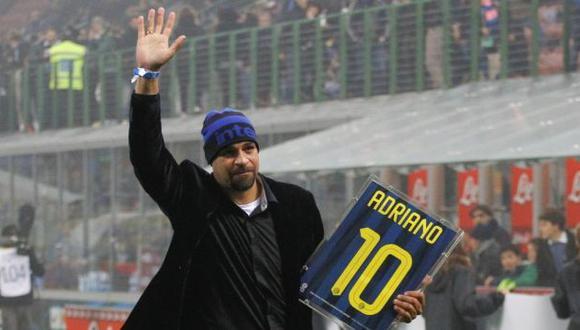 Adriano recibió homenaje por hinchas del Inter de Milán
