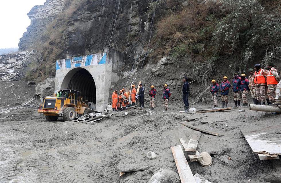 Los equipos de rescate llevan a cabo una operación cerca del proyecto hidroeléctrico Dhauliganga dañado en el distrito de Chamoli, en la India.  (Foto: EFE/EPA/RAJAT GUPTA)