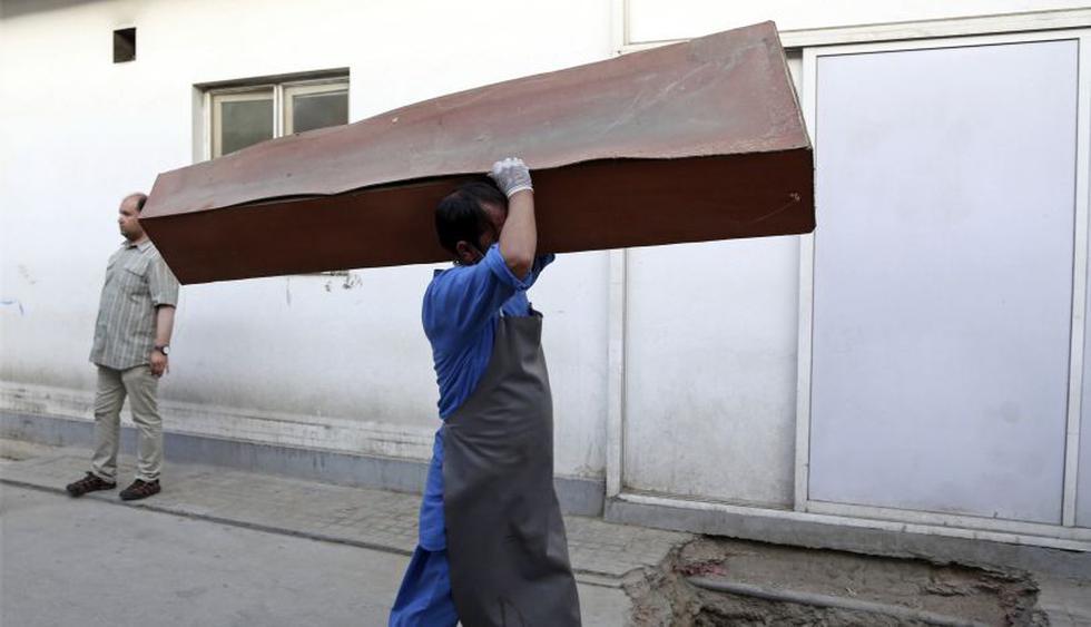 El ministerio ya fue objeto de un ataque el junio pasado, el último ataque de envergadura en la capital afgana, cuando un suicida hizo explotar las bombas que portaba causando al menos 12 muertos y 31 heridos, (Foto: AP)