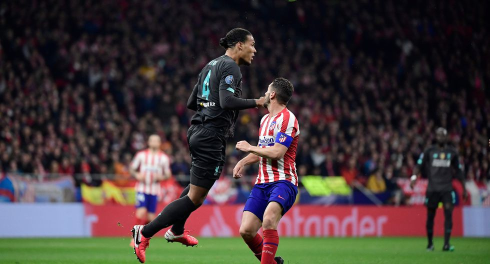 Liverpool's Dutch defender Virgil van Dijk (L) vies with Atletico Madrid's Spanish midfielder Koke during the UEFA Champions League, round of 16, first leg football match between Club Atletico de Madrid and Liverpool FC at the Wanda Metropolitano stadium in Madrid on February 18, 2020. / AFP / JAVIER SORIANO