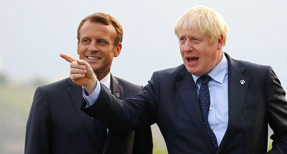 El primer ministro británico, Boris Johnson (derecha), señala al ex presidente francés Emmanuel Macron en el faro de Biarritz, en el suroeste de Francia. El mandatario galo espera que el parlamento británico apruebe el acuerdo de Brexit. (Foto: AFP)
