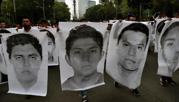 La gente protesta en la Ciudad de México el 26 de septiembre de 2020, con motivo de seis años de la desaparición de los 43 estudiantes de la escuela de formación docente de Ayotzinapa. (RODRIGO ARANGUA / AFP).