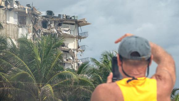 Imagen referencial. Una persona toma una foto del edificio de condominios de 12 pisos parcialmente derrumbado en Surfside, Florida, Estados Unidos, el 25 de junio de 2021. (EFE/EPA/CRISTOBAL HERRERA-ULASHKEVICH).