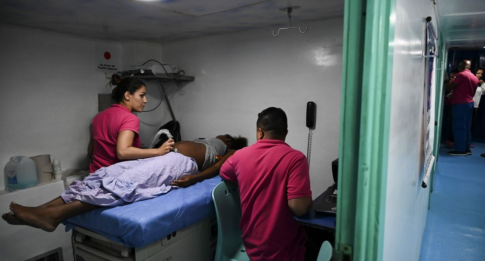 La ginecóloga se instala en una sala; dos médicos generales, una pediatra y un cirujano pediátrico, en otra. (Foto: AFP)
