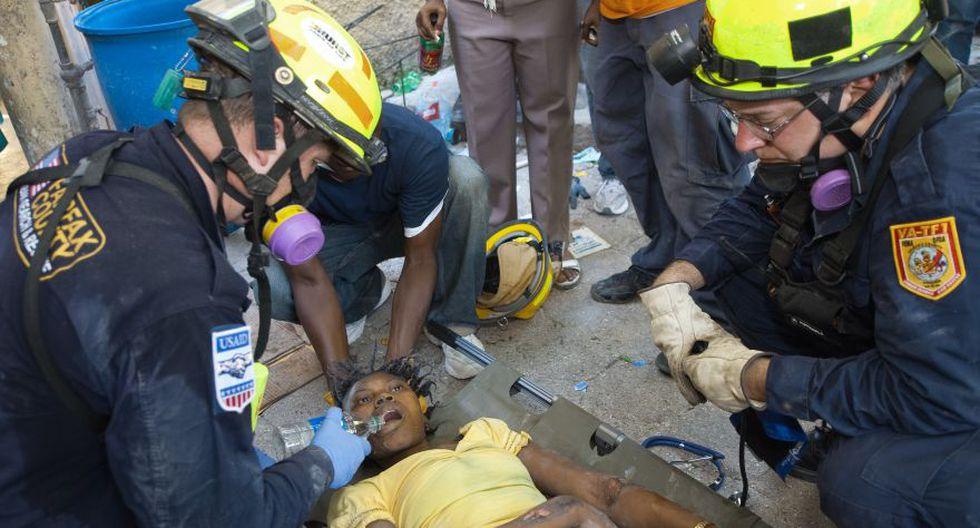 Una estudiante que estuvo entre los escombros durante 70 horas es ayudada por el Equipo de Búsqueda y Rescate Urbano del Condado de Fairfax, Estados Unidos. (Foto: AFP).