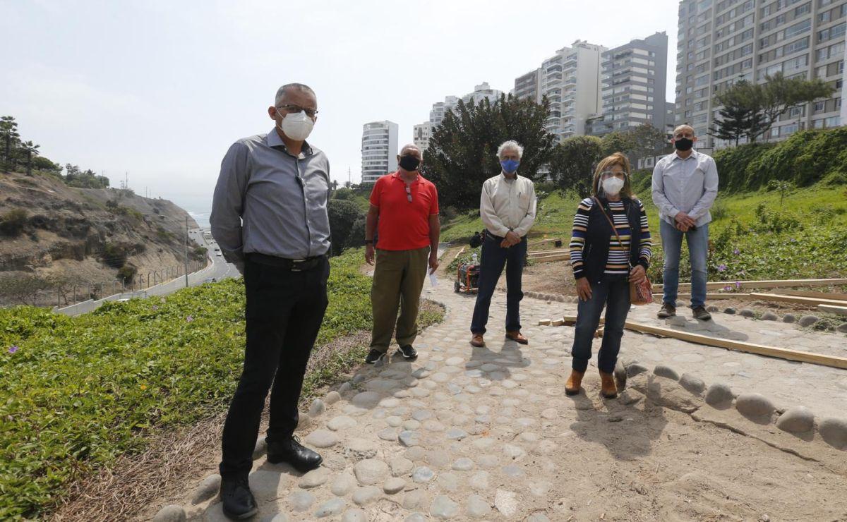 Vecinos denuncian que no fueron consultados y que el proyecto agregará más cemento al acantilado. (Mario Zapata / @photo.gec)