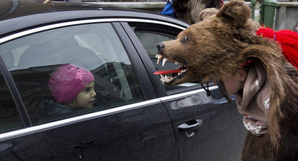 Rumania y su tradicional paseo de osos por Navidad - 1