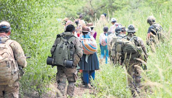 Comuneros de Vizcatán del Ene y de Santo Domingo de Acobamba, en Junín, han dejado sus pueblos por el hostigamiento de Sendero Luminoso. La foto es de uno de los desplazamientos.