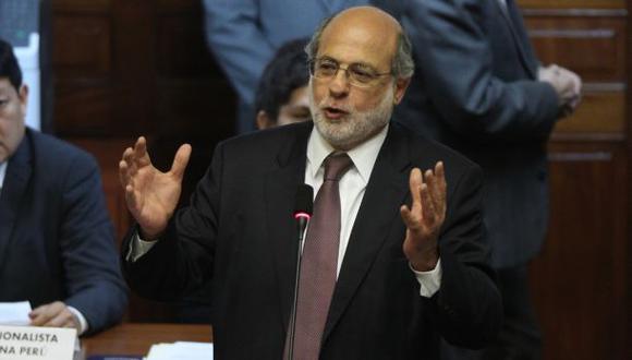 Daniel Abugattás demanda al Congreso por suspenderlo 120 días