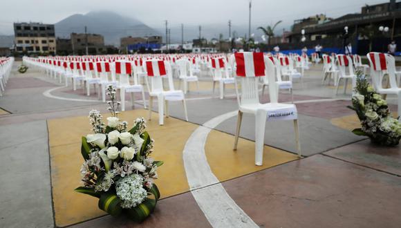 Ayer, en el Centro Cívico de Comas, se colocaron cientos de sillas por las personas que fallecieron por el COVID-19 en este distrito. (Fotos Miguel Yovera /@photo.gec)