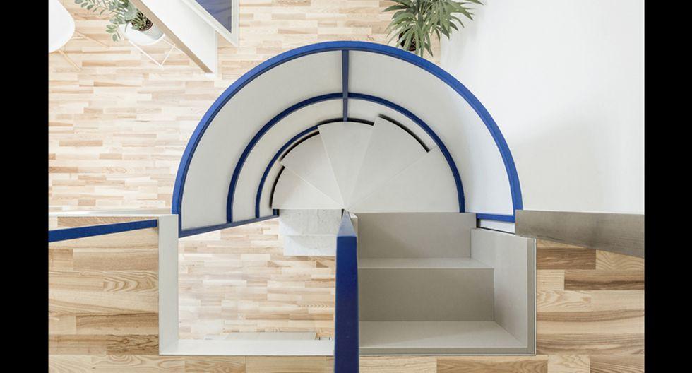 La conexión vertical es provista por las escaleras semicilíndricas, compuestas por tres elementos simples: mármol natural, acero y, finalmente, madera. (Foto: untitled architecture)