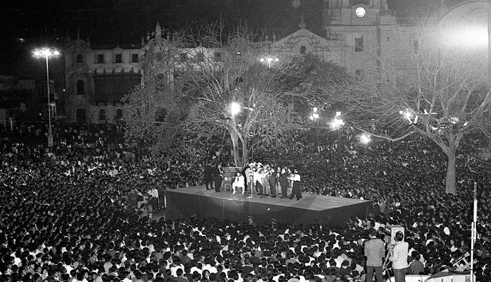 La serenata criolla en la víspera del aniversario de 1968 reunió en un estrado de la Plaza de Armas a las estrellas de radio y TV.  (Foto: Archivo Histórico El Comercio)