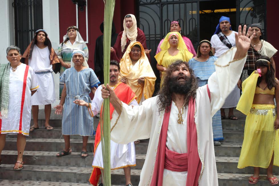 El 'Cristo Cholo', Mario Valencia Rivadeneira, escenificó junto a su elenco de actores (el grupo Emmanuel) el bautizo de Jesús. Partieron a pie desde de la Municipalidad del Rímac hacia la pileta de la Alameda de los Descalzos, que hizo las veces de río Jordán (Foto:Dante Piaggio).
