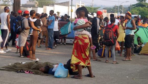 Miles de migrantes de varias nacionalidades pernoctan en estaciones migratorias en la ciudad fronteriza de Tapachula, estado mexicano de Chiapas, en espera de que las autoridades les otorguen un salvoconducto. (Foto: EFE)