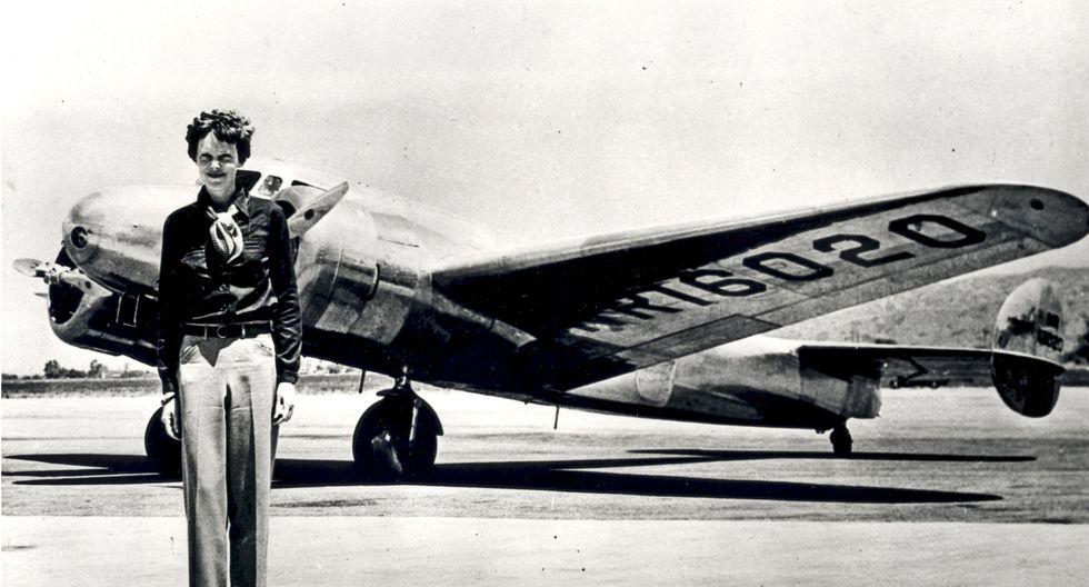 Amelia Earhart con el avión Lockheed Electra con el cual desapareció en julio de 1937. (NASA vía Wikimedia Commons).